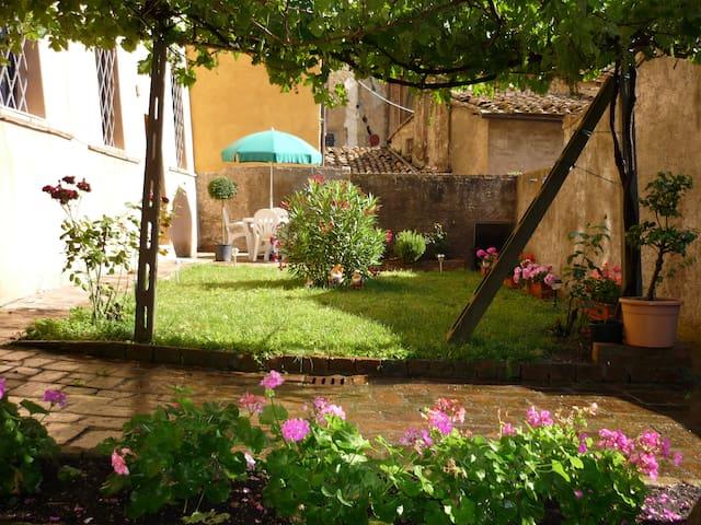 APPARTAMENTO PIANTERRENO, GIARDINO - Siena - Apartment