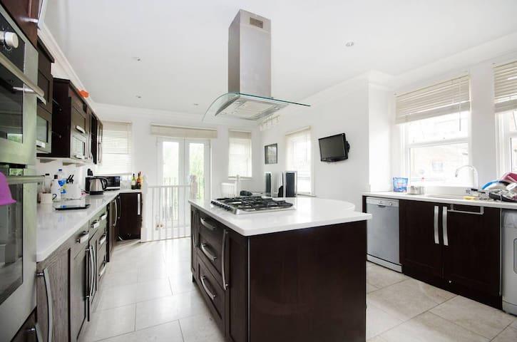 Double Room with En-suite in Wimbledon - London - Apartment