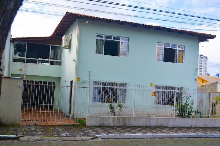 Quarto  no centro de Balneário Camboriú, casa comp
