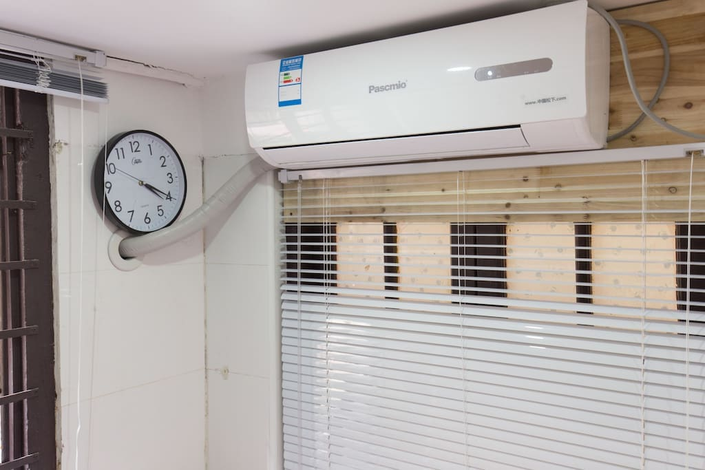 brand new air-conditioner better air in room.新空调更好的空气换气。