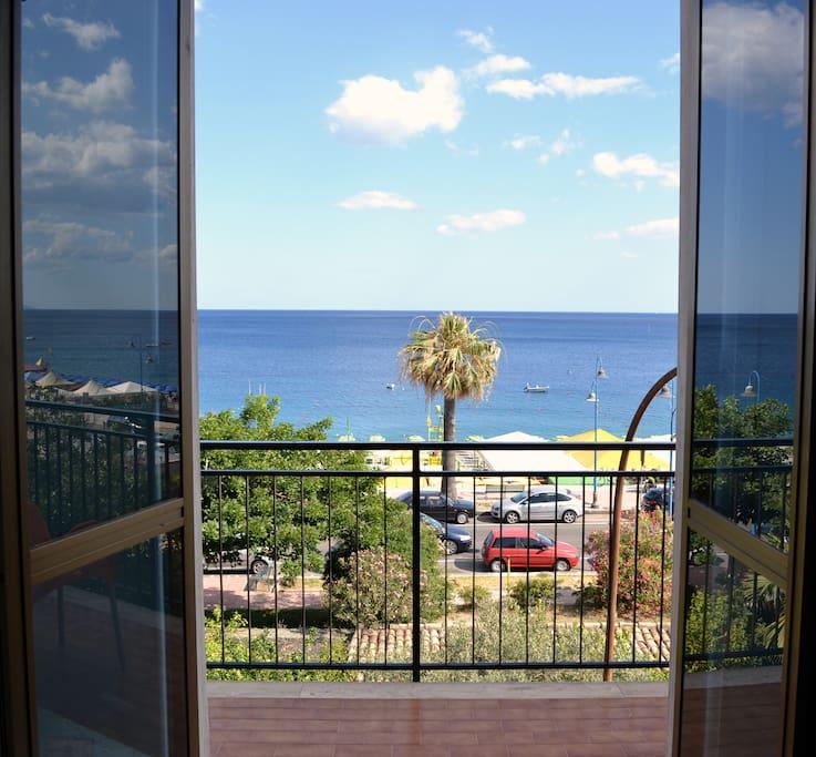 Vista dalla camera da letto sul mare