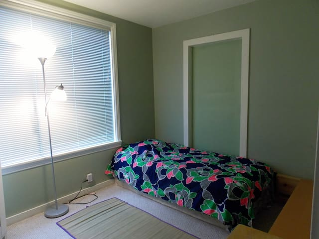 Cute 'n' Furnished Rm in U-Dist