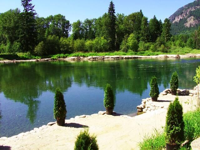 Slocan River Beachfront! Garden Suite