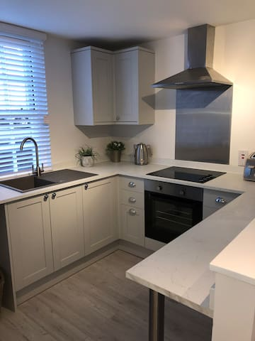 Brand New Town Centre Apartment With Parking