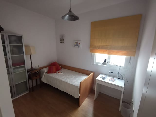 Habitación en alquiler. Una Cama individual 2,00 x 0,90 m Mesita de noche, armario de baldas, armario empotrado con cajonera y colgador, mesa de trabajo, silla y lámpara.
