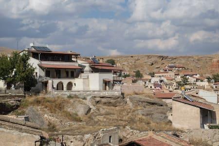 Traditional stone house with a view over kapadokya - Hus