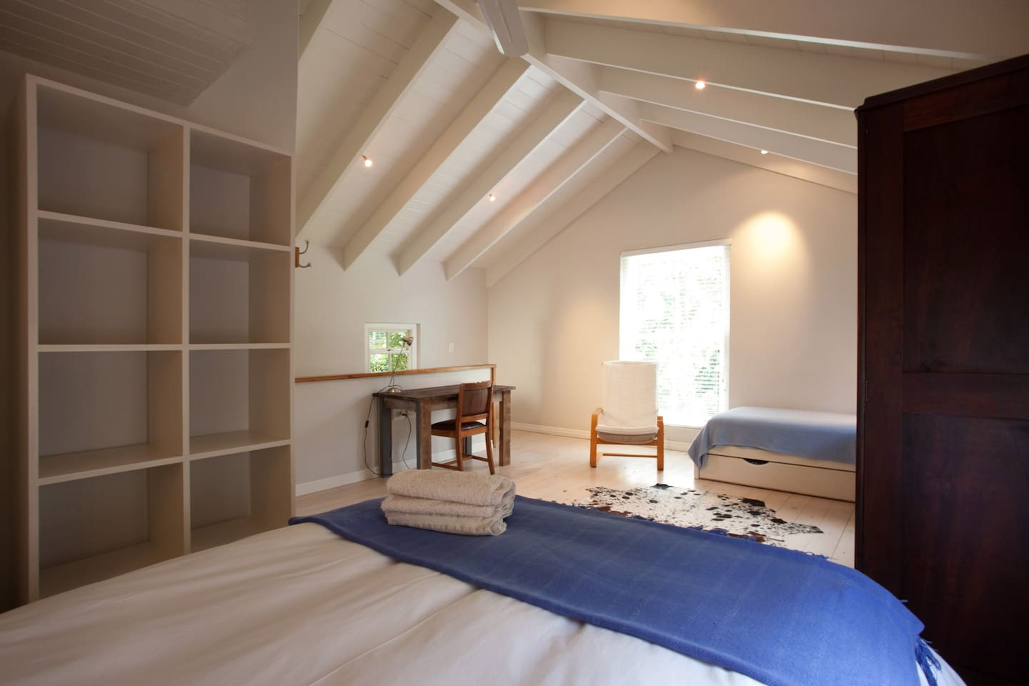 Queen bed and Single bed in one room