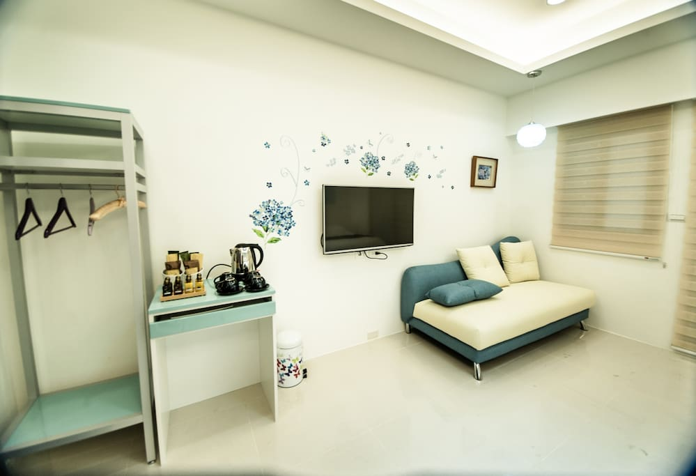藍色雅醇四人房:迷你吧檯及烤漆衣架