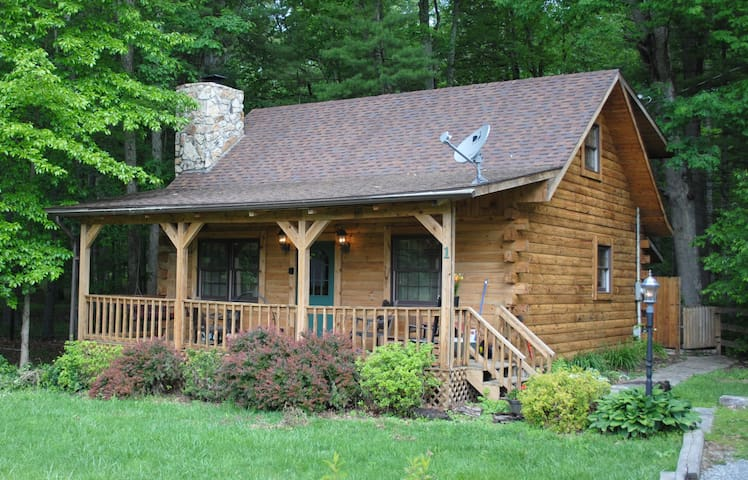 The Whitetail. A cozy log cabin