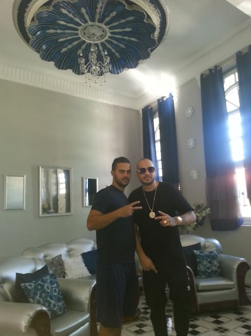 Jacob Forever cantante cubano con Rolando en el Hostal La Concha Azul