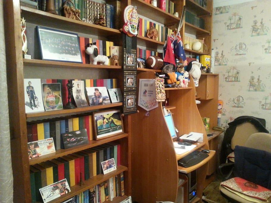 Книжный стеллаж, компьютерный стол и рабочий стол