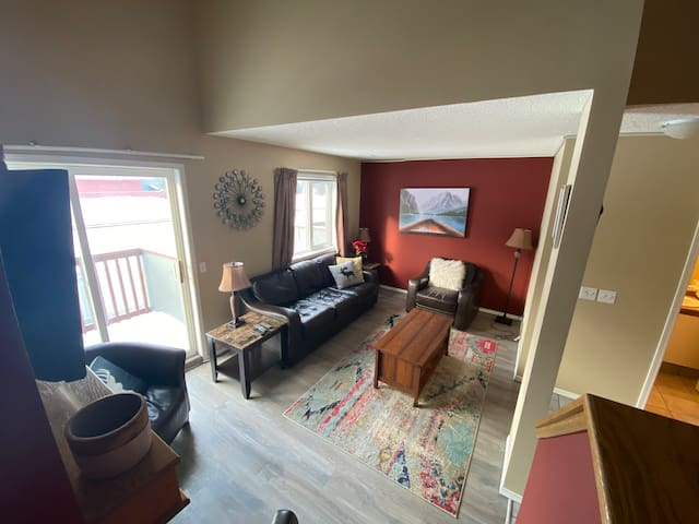 Canmore Rocky Moutain View Loft, King Bed. 3 BR