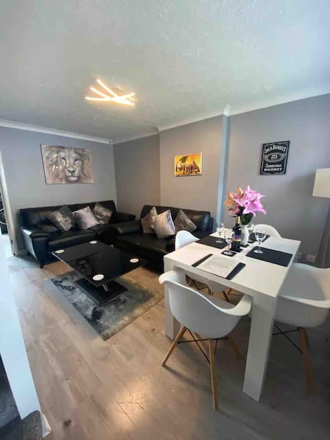 Stylish 3 bed House Suitable for 4 guests