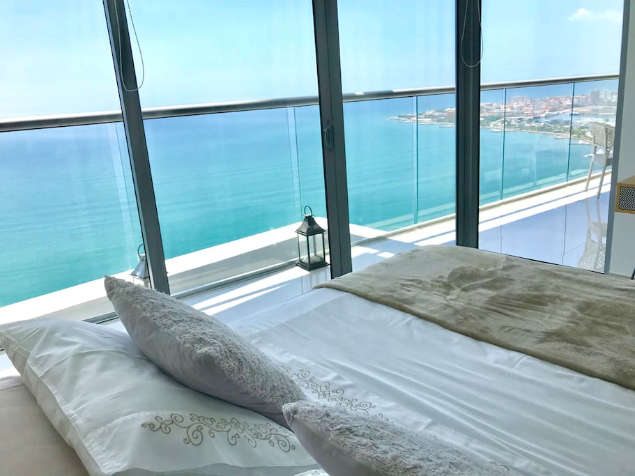 Bedroom with seaview an Walled City view