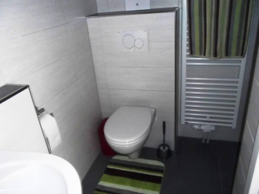 Bad mit WC und Waschbecken