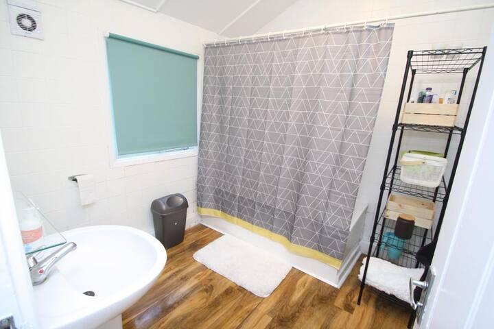 Shared lounge, garden, free WiFi, Bedsit Room B