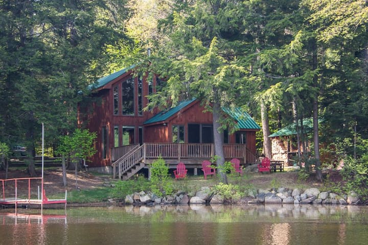 Exceptional Lakefront with Boats and SAUNA!