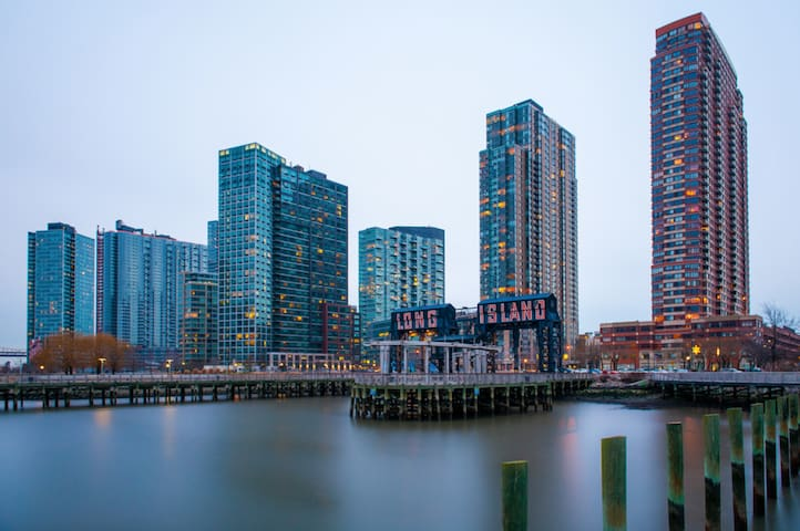 Long Island City Luxe Living in the Sky - 2bd 2 ba