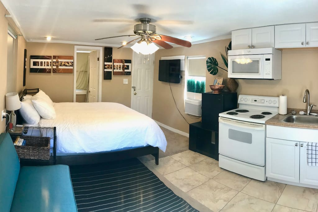 Cozy studio with queen bed and kitchenette