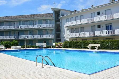 Caorle appartamento con piscina e posto auto