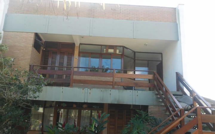 Apartamento em prédio familiar próximo a praia