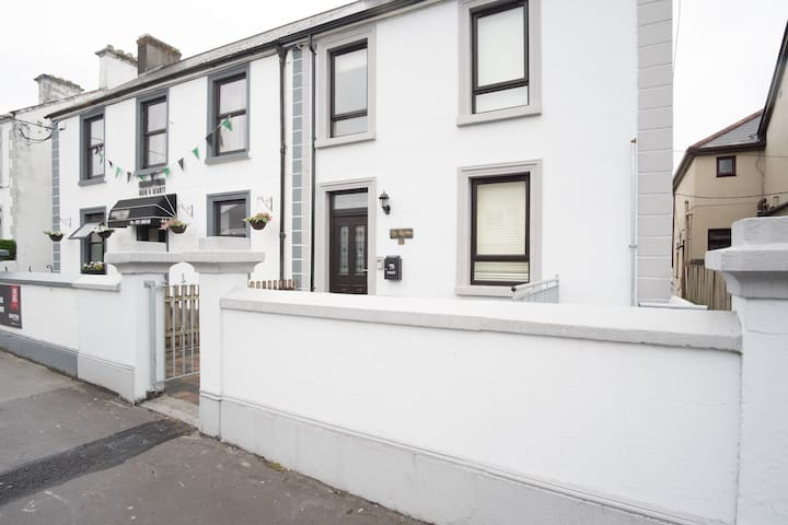 Beautifully renovated townhouse - Galway