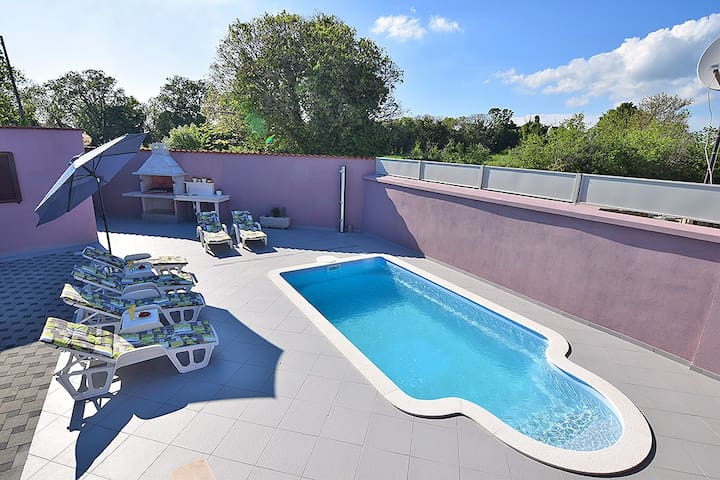 Lovely apartment with private pool for4-5