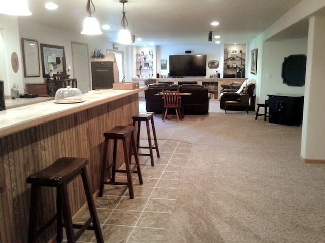 Partial view of wet bar, living area-notice the classic arcade table on the middle right!!!!!
