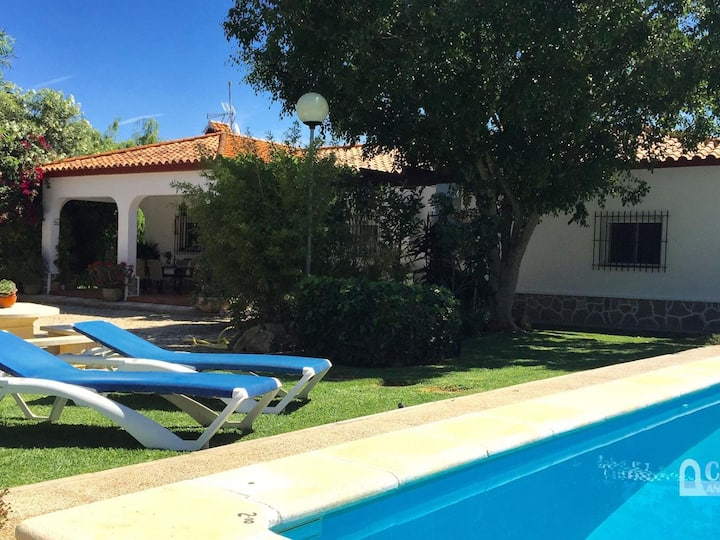Villa with pool and gorgeous garden in the pine woods of Conil. Sleeps 6