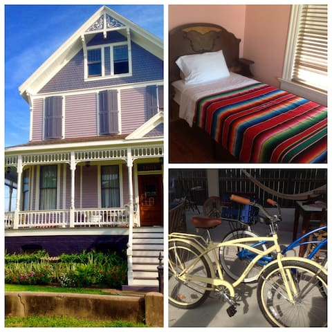 Tiny Room for Solo Traveler, Walk to UTMB & Strand - Galveston - Bed & Breakfast