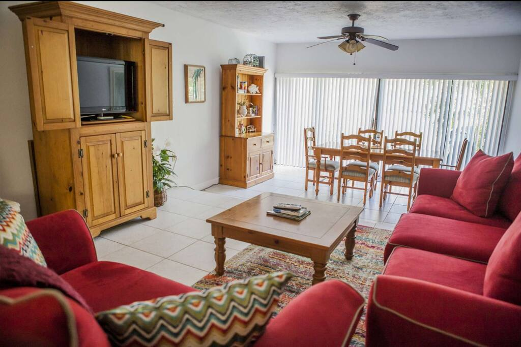 Spacious living and dining rooms with flat screen TV, lounge seating for 4-6 and dining seating for 6
