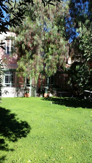 Le jardin et la véranda dès les beaux jours!