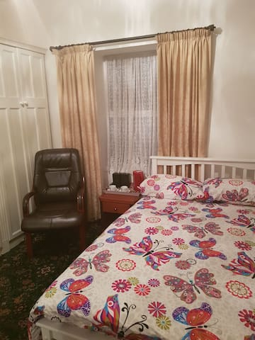 Bedroom in city centre. Free WiFi and parking.