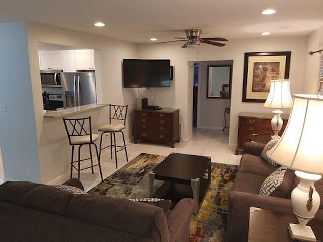 Sarasota updated 2BR cottage in Hospital district