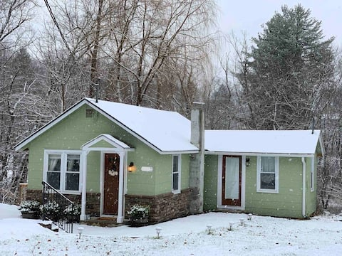 Poconos Cresco Cottage, Couples Getaway, skiing