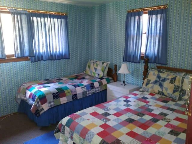 Cyndi's Snowline Lodge Rm 6