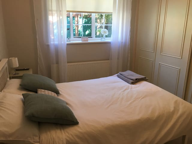 Double room in spacious shared flat - Sutton - Apartamento