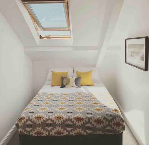 Spacious room - private en suite - central Jesmond