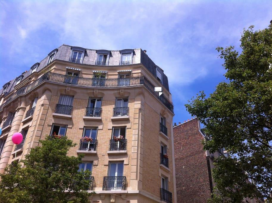 Un bel immeuble sur une petite place l'appartement au 5ème