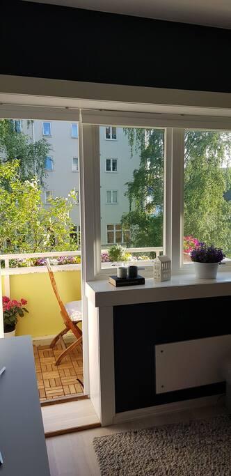 Lyst og åpent med stort vindu ut til balkongen