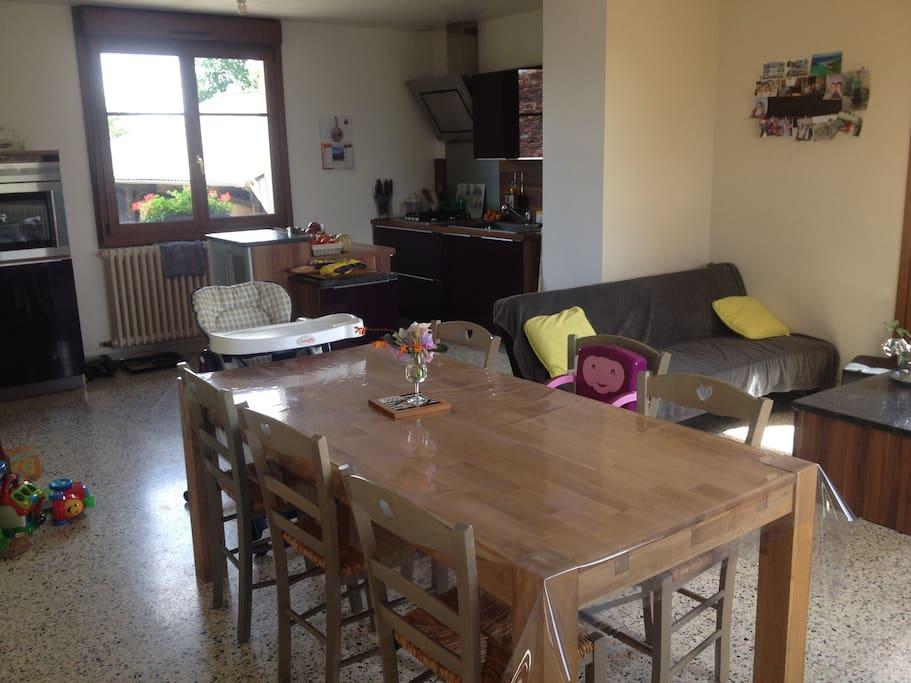 Le séjour et la cuisine où vous pourrez faire de bon petit plat.