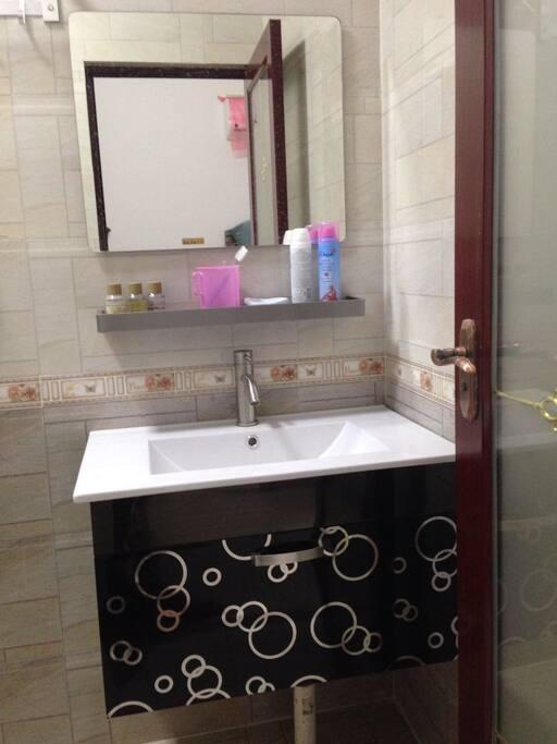 梳妆台,可提供牙刷牙膏用品。