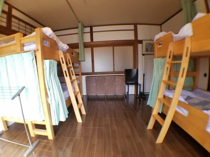 京町家を改装した4名様までお泊りいただける個室です。無料朝食付き!!