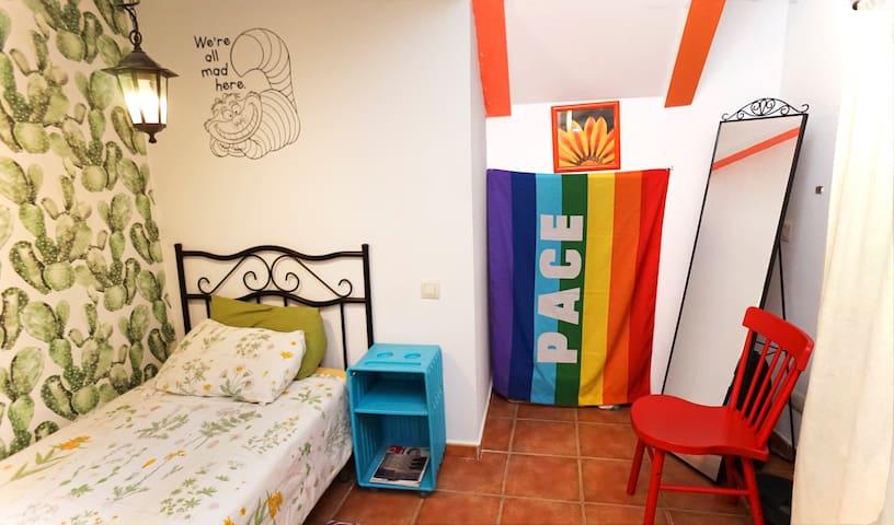 Una habitación llena de color, ¡aquí todos estamos locos! A colorful bedroom, we´re all mad here!