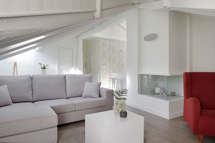 Mezzanine by FeelFreeRentals