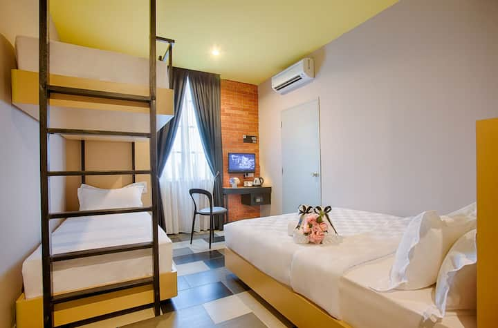 Cozy and clean room for four in Sepang