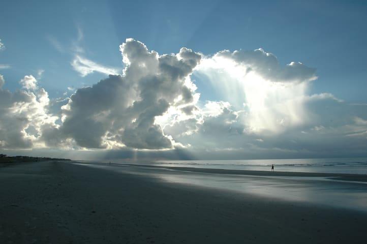 Beachfront Island Paradise - Dewees Island - Hus