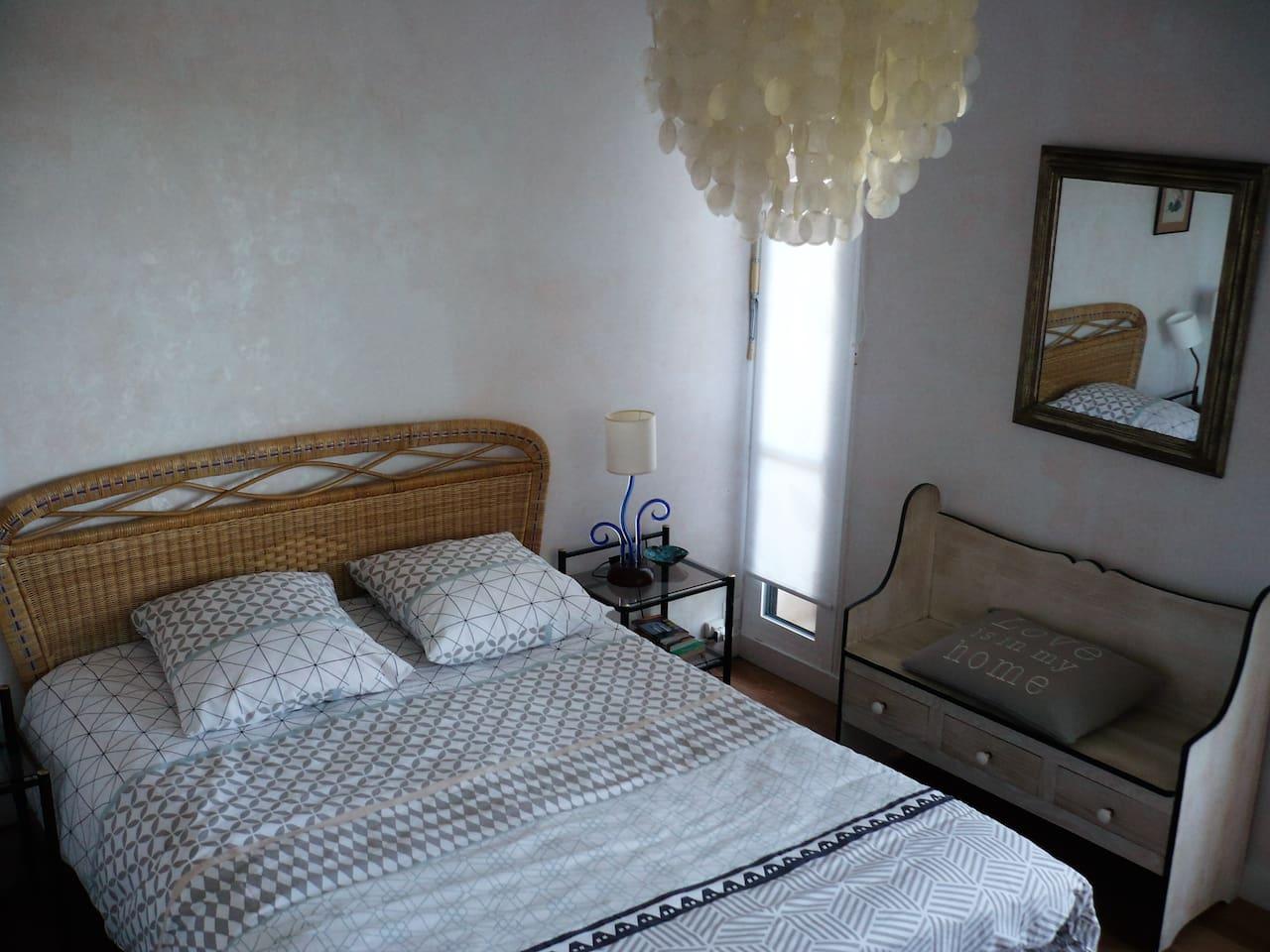 La chambre donne sur le balcon
