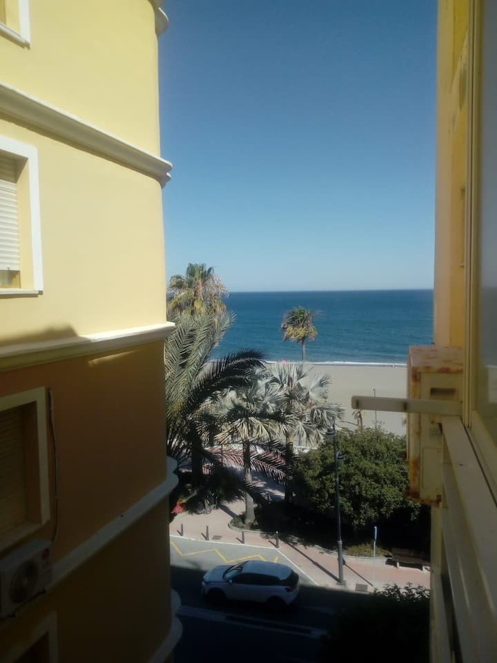 COZY TWIN 2BEDS IN 2 BEDROOM FLAT /FRONT THE BEACH