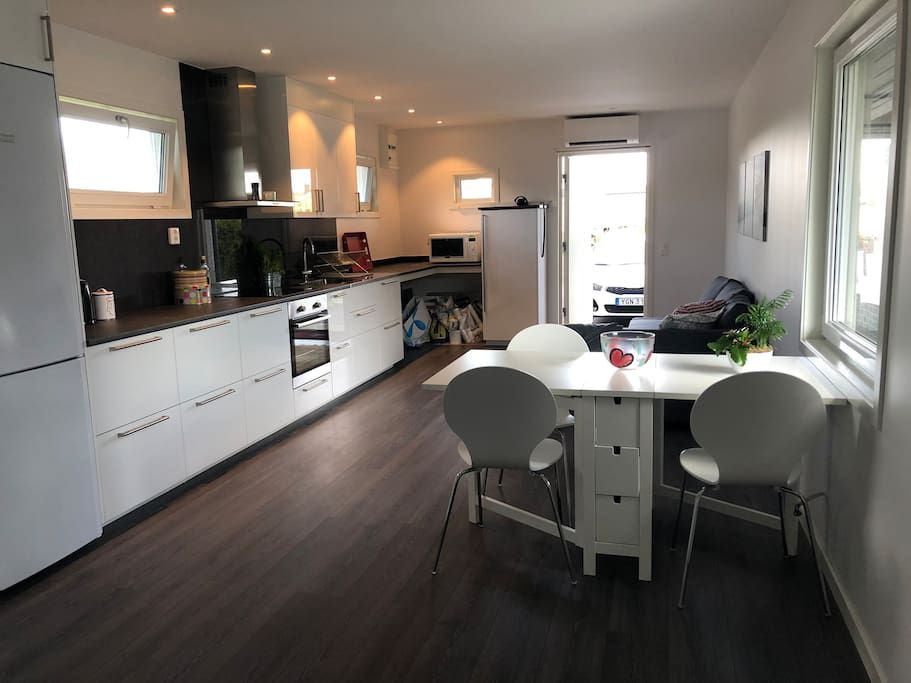 Open plan kitchen/ livingroom with dining table